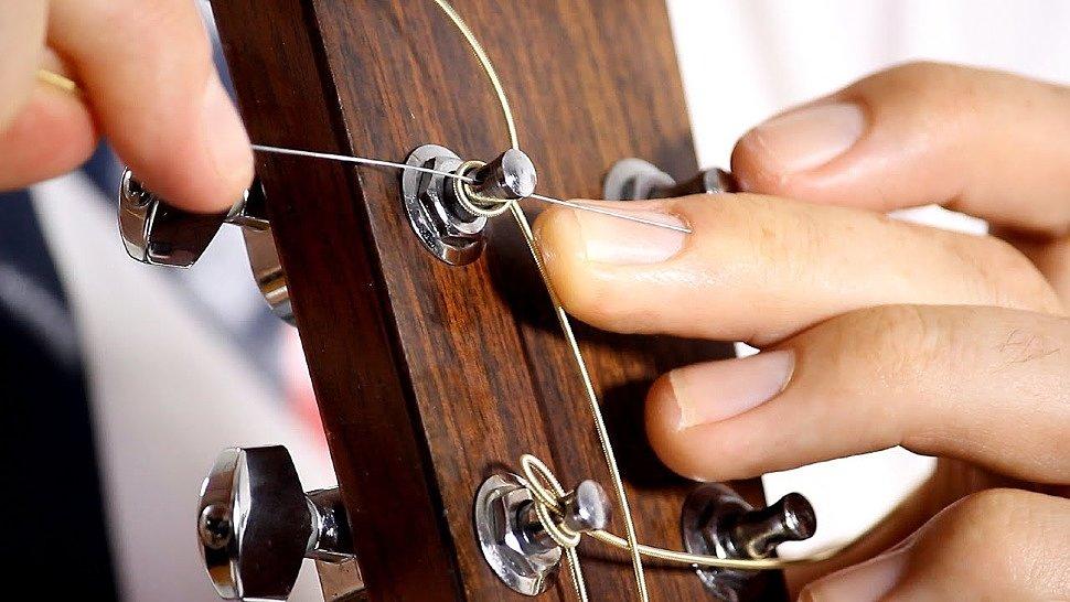 Продеваем струну в отверстие колка