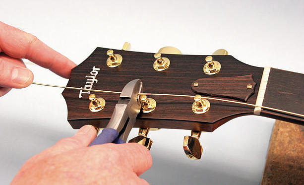 Обрезаем лишние кончики струн