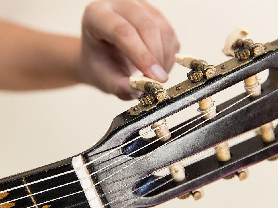 Ослабляем натяжение струн - крутим колки