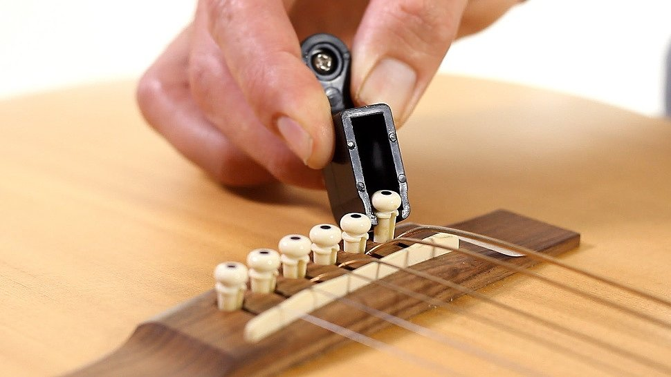 Снимаем струны с бриджа акустической гитары