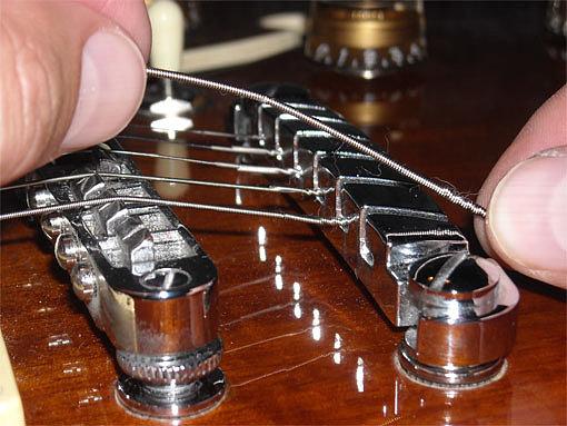 Снимаем струны с бриджа электрогитары